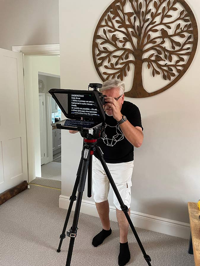 Autocue system can be operated via remote controller